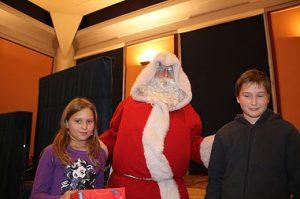 Le Père Noël en plain action de distribution des cadeaux .